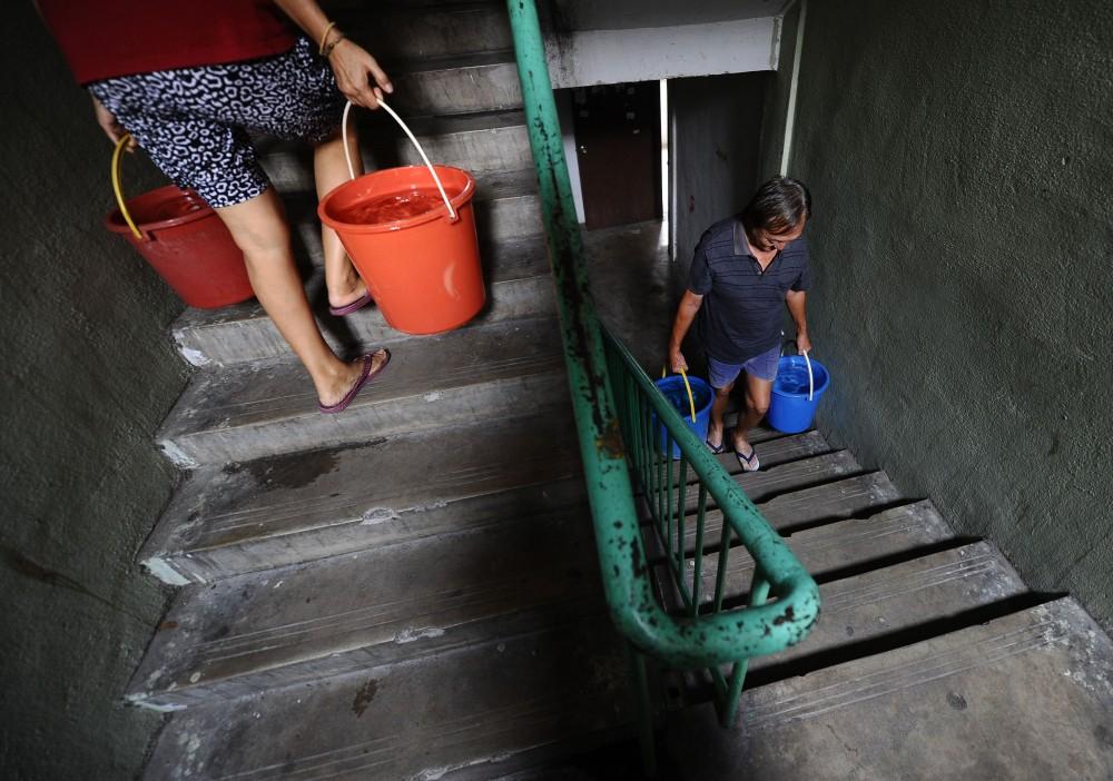 KUALA LUMPUR, 9/1/2012.  Residents Flat Taman Ampang Mewah carry bucket was filling waters at Flat Taman Ampang Mewah .More than 2 weeks their housing didn't have water supply consequence water shortage.Pics Shahir Omar